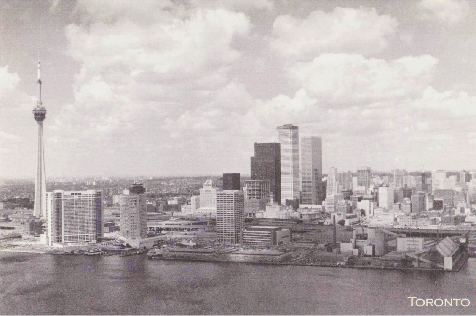 POSTCARD - TORONTO - SKYLINE FROM LAKE - AERIAL - CN TOWER AND BANK OF MONTREAL ALMOST FINISHED - 1975
